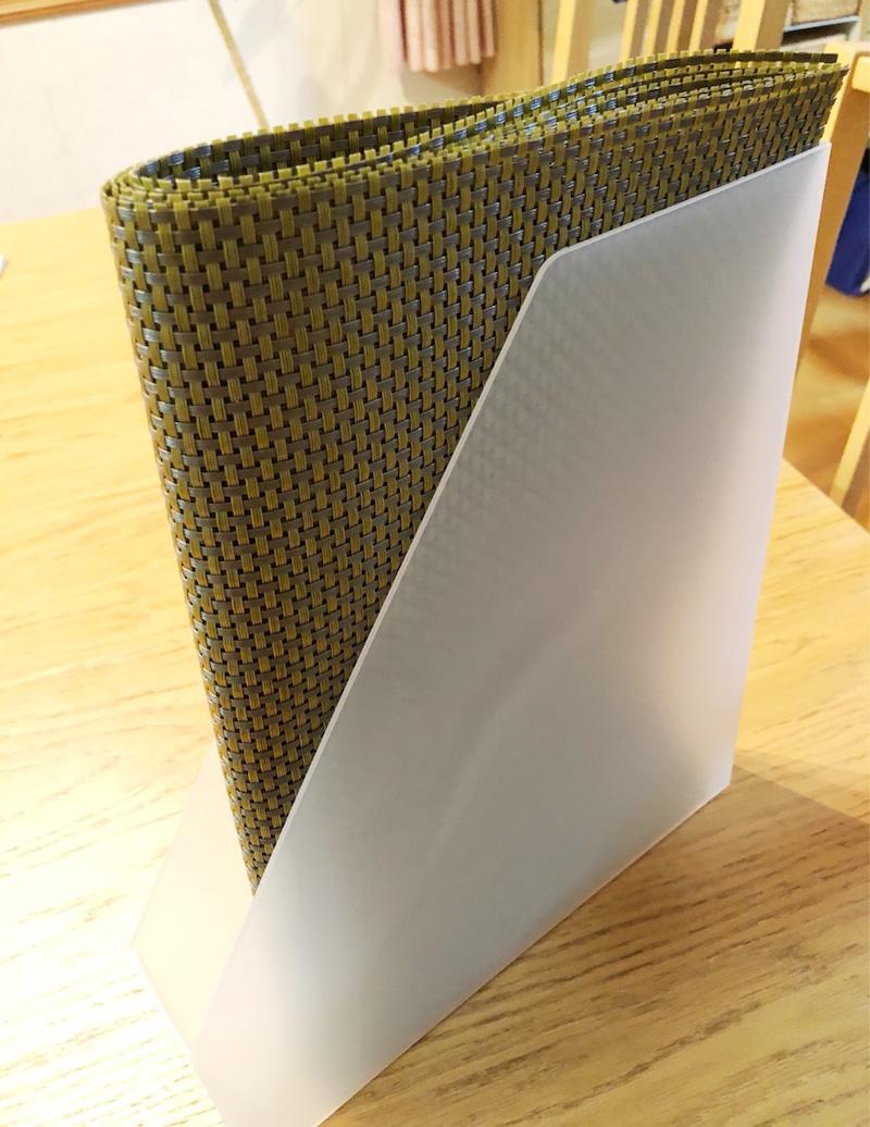 薄型のファイルボックスに半分に折って収納